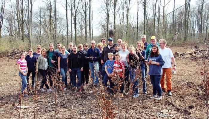Mehr als 6 Stunden lang haben wir zusammen mit Freunden, Gästen und Rotariern fleißig Bäume im Kettwiger Stadtwald gepflanzt.